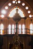 La participation croisée chrétienne au churchesFake fleurit sur la table Photographie stock