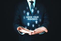 La participation d'homme élèvent vos mots d'affaires avec des flèches de croissance photo libre de droits