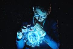 La participation d'homme d'affaires remet la sphère magique avec un horoscope pour prédire l'avenir Astrologie comme affaires images libres de droits