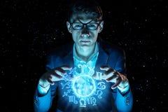 La participation d'homme d'affaires remet la sphère magique avec un horoscope pour prédire l'avenir Astrologie comme affaires photos libres de droits