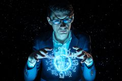 La participation d'homme d'affaires remet la sphère magique avec un horoscope pour prédire l'avenir Astrologie comme affaires photo libre de droits