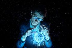 La participation d'homme d'affaires remet la sphère magique avec un horoscope pour prédire l'avenir Astrologie comme affaires image stock