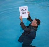 La participation d'homme supérieur m'aident des écritures dans l'eau Images stock