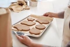 La participation de bras supérieure de femme vendent moins cher avec la pâtisserie qui a réussi tout seul Image libre de droits