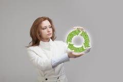 La participation de femme réutilisent le symbole dans des ses mains Image libre de droits
