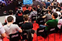 La participation de visiteurs d'un nouveau jeu montre la présentation images libres de droits