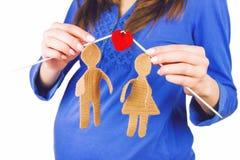 La participation femelle de femme enceinte a tricoté la silhouette du mâle et de la femelle dans l'amour Photos stock