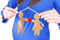 La participation femelle de femme enceinte a tricoté la silhouette du mâle et de la femelle dans l'amour Photographie stock libre de droits