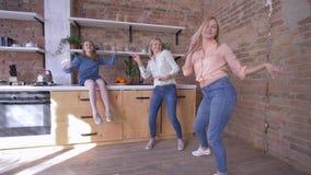 La partie à la maison avec la mère, les filles drôles chantent avec la maman et l'amusement de avoir dans la cuisine