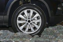 La partie avant de la voiture noire, la roue Vue de côté image libre de droits