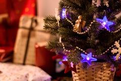 La partie d'arbre et de présents de Noël sur le fond Photographie stock