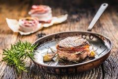 La partie de bifteck juteux de filet de boeuf a couvert le lard image stock
