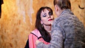 La partie de Halloween, artiste de maquillage dessine un maquillage terrible sur le visage d'une femme de brune pour une partie d banque de vidéos
