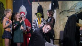 La partie de Halloween, séance photo, les jeunes s'est habillée dans des costumes effrayants et a fait un maquillage terrifiant i clips vidéos