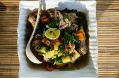 La partie de soupe à Ayam Chicken de concession a tiré à partir du dessus photo stock