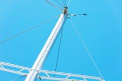 La partie supérieure des mâts blancs des yachts sans voiles contre le ciel images libres de droits