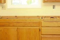 La partie supérieure du comptoir de cuisine doit être installée photo libre de droits