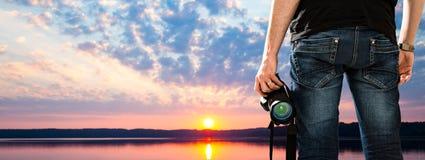 La pasión de la persona de la foto del dslr de la cámara fotográfica del fotógrafo aventaja fotos de archivo