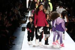 La passeggiata dei bambini il finale della pista durante il novellino U.S.A. presenta la roccia dei bambini! Caduta 2016 Fotografie Stock Libere da Diritti