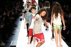 La passeggiata dei bambini il finale della pista durante il novellino U.S.A. presenta la roccia dei bambini! Caduta 2016 Fotografia Stock