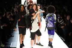 La passeggiata dei bambini il finale della pista durante il novellino U.S.A. presenta la roccia dei bambini! Caduta 2016 Fotografia Stock Libera da Diritti