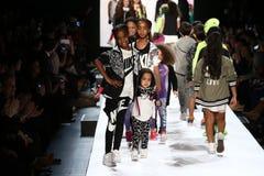 La passeggiata dei bambini il finale della pista durante il novellino U.S.A. presenta la roccia dei bambini! Caduta 2016 Immagine Stock