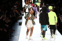La passeggiata dei bambini il finale della pista durante il novellino U.S.A. presenta la roccia dei bambini! Caduta 2016 Immagine Stock Libera da Diritti