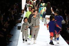 La passeggiata dei bambini il finale della pista durante il novellino U.S.A. presenta la roccia dei bambini! Caduta 2016 Immagini Stock