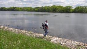 La passeggiata del fotografo lungo le banche del fiume di Mosca nel parco di Kolomenskoye stock footage