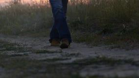La passeggiata dell'uomo sulla strada video d archivio