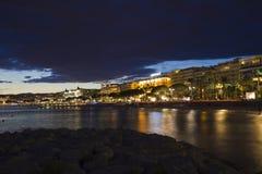 La passeggiata della spiaggia di Cannes alla notte Fotografia Stock
