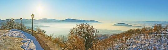 La passeggiata di inverno in montagne immagini stock