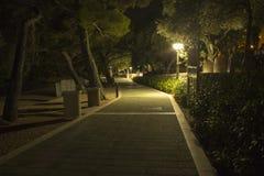 La passeggiata lungo la costa del mare adriatico alla notte immagine stock