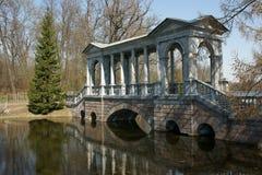 La passerelle antique Sankt - à Pétersbourg Photographie stock