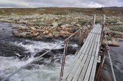 La passerelle au-dessus d'un fleuve, Hardangervidda, Norvège Photos libres de droits