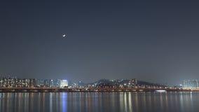 La passerelle au-dessus du fleuve Soirée ou nuit et midi d'obscurité de lune Images libres de droits