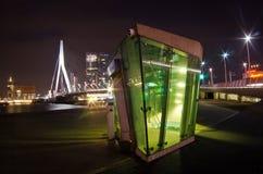 La passerelle d'Erasmus la nuit image libre de droits