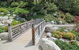 La passerelle dans le jardin japonais Photographie stock