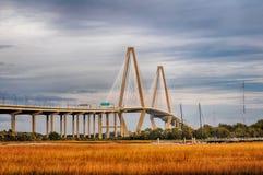La passerelle de Jr Jetez un pont sur qui relie Charleston au bâti Photographie stock libre de droits