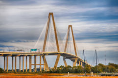 La passerelle de Jr Jetez un pont sur qui relie Charleston au bâti Image libre de droits