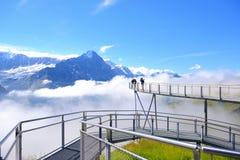 La passerelle en acier au-dessus des Alpes arrondissent la première station supérieure au-dessus de Grinde Image stock