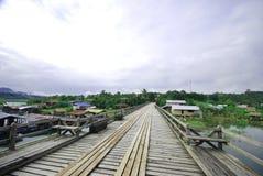 La passerelle en bois de lundi dans Sangkhlaburi Images libres de droits
