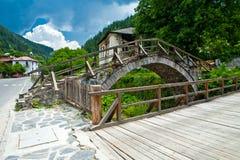 La passerelle et les maisons dans Shiroka Lika, Bulgarie Images stock