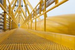 La passerelle ou le passage couvert a lié entre la plate-forme de production et le quart vivant Image stock