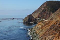La passerelle sur la côte de l'océan pacifique Images stock