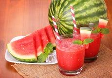 La pastèque boit en verres avec des tranches de pastèque Photo libre de droits
