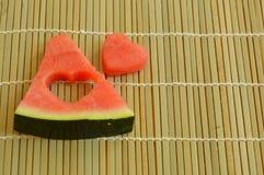 La pastèque a coupé en forme de coeur Photo stock