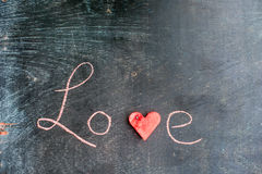 La pastèque a coupé en forme de coeur Amour d'inscription avec la craie Composition plate en configuration Concept de jour du ` s Photo libre de droits