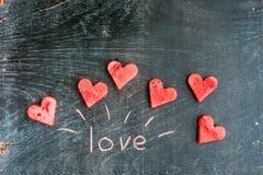 La pastèque a coupé en forme de coeur Amour d'inscription avec la craie Composition plate en configuration Concept de jour du ` s Images libres de droits