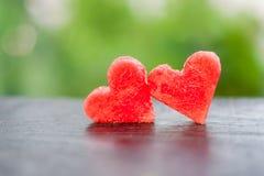 La pastèque a coupé en forme de coeur Composition plate en configuration Concept d'amour Jour du `s de Valentine Photographie stock libre de droits